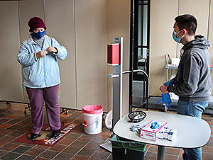 student asissts mitigation test participant through process or closing the collection tube
